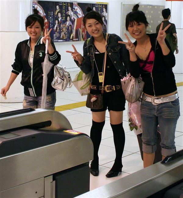 Japonaises faisant le signe V pour une photo