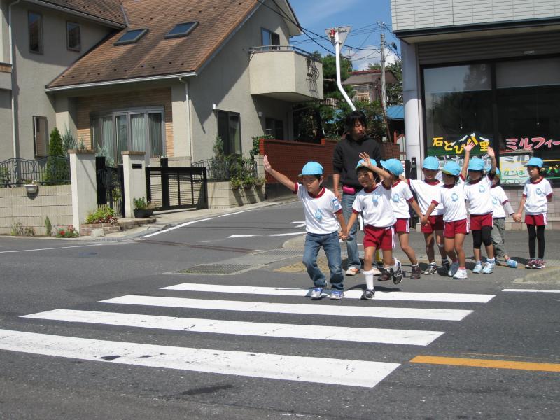Écoliers japonais traversant la rue