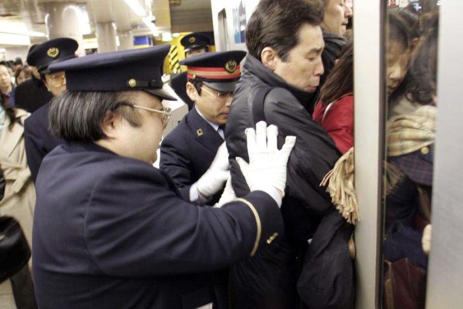 Pousseurs métro à Tokyo