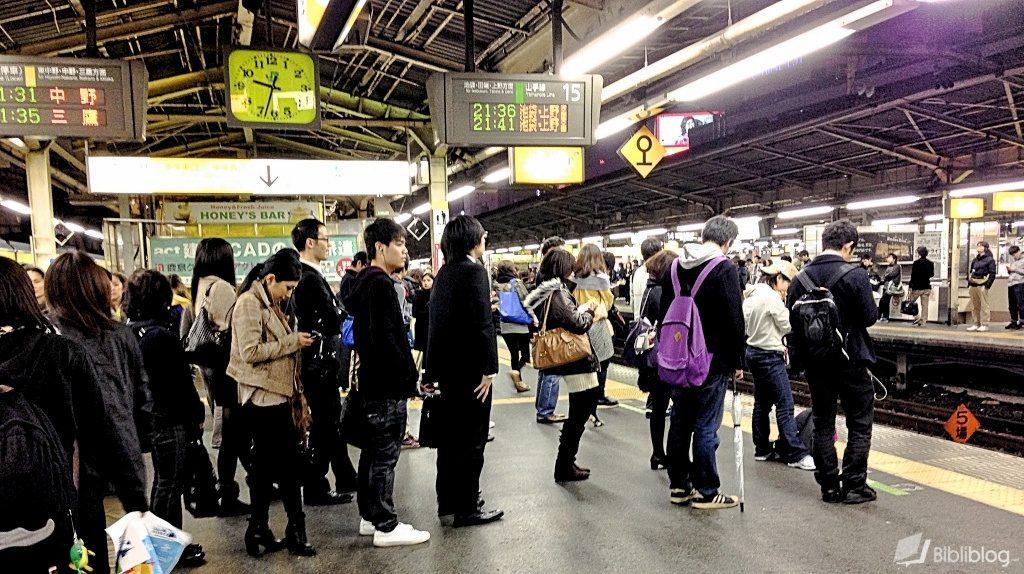 Gens faisant la queue en attendant le train ou le métro à Tokyo