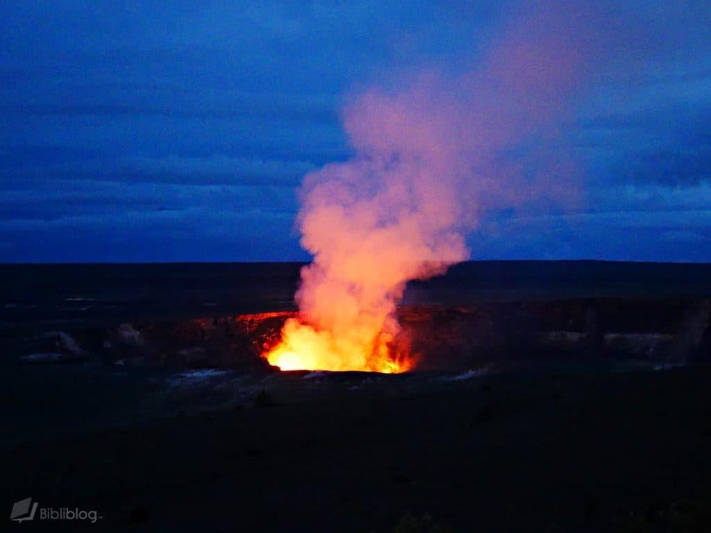 Volcan du parc naturel d'Hawaii la nuit